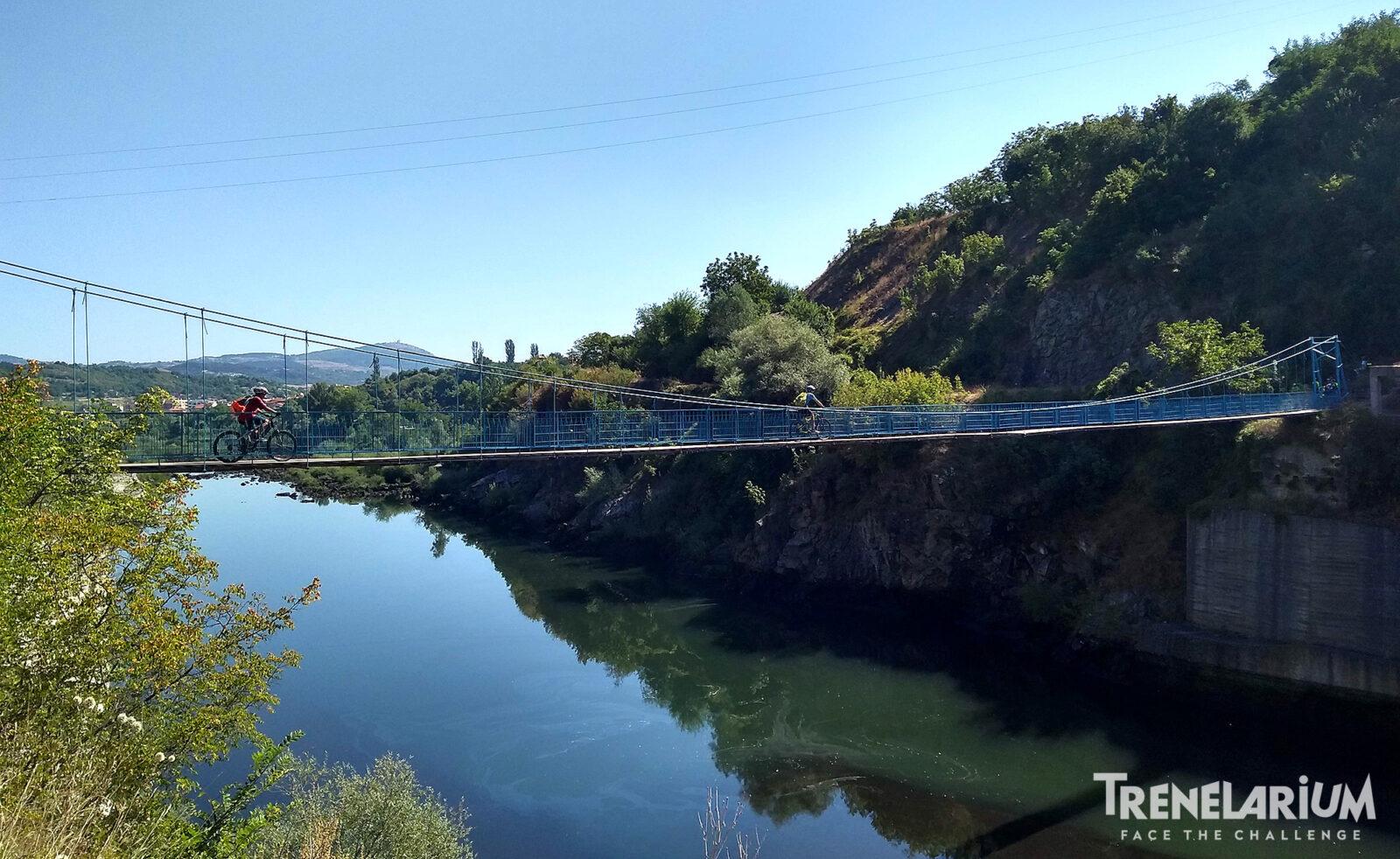 По висящия мост в близост до язовирната стена на яз. Кърджали