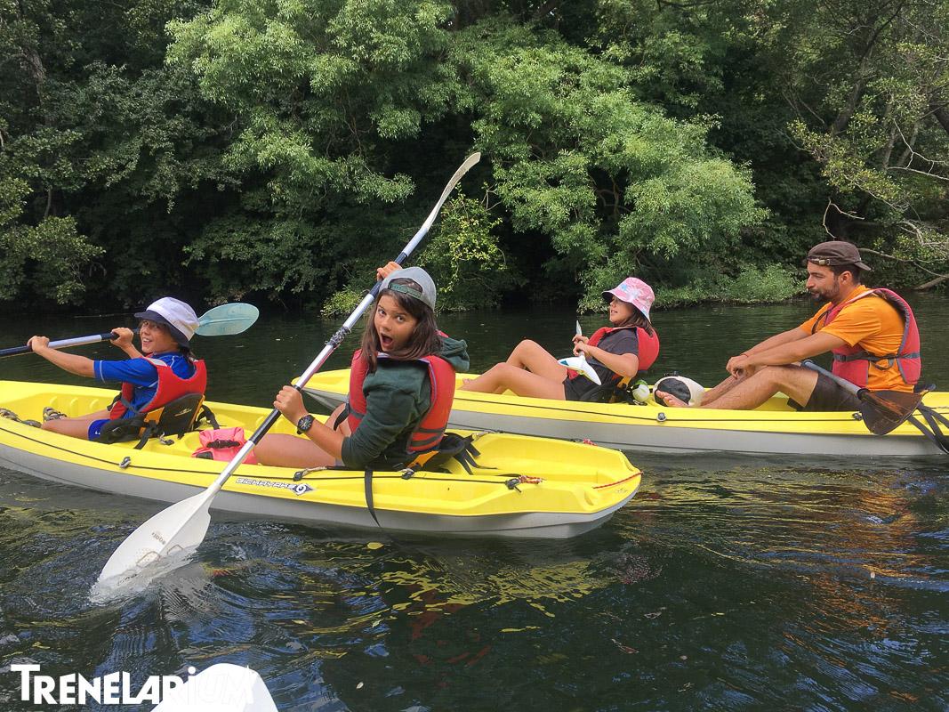 С лодки по реката